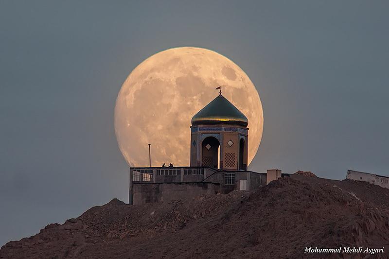 ماه کامل و مقبره