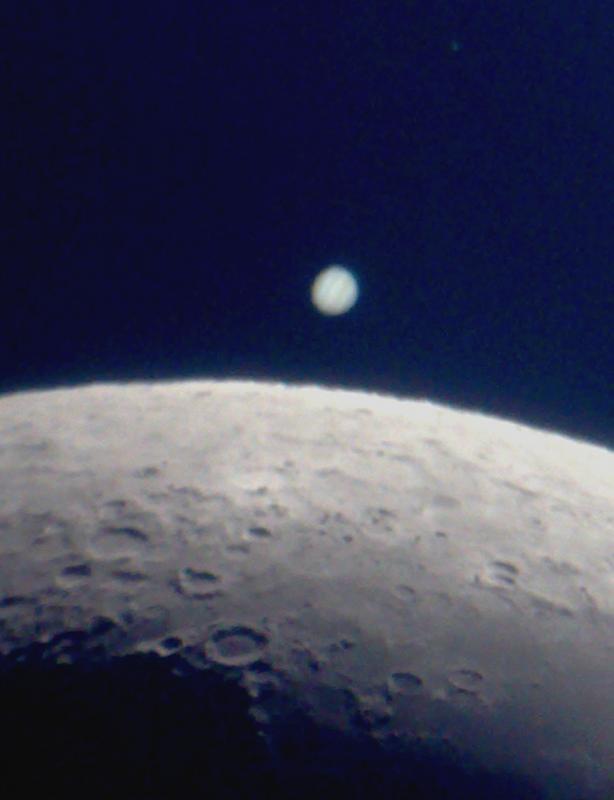 in پديده های نجومی عکاس : rezash لحظاتی قبل از اختفای مشتری توسط ماه